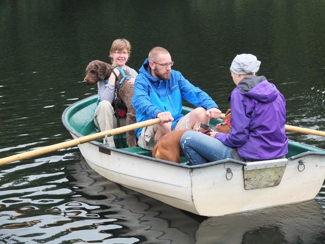 Ruderboot und Hund